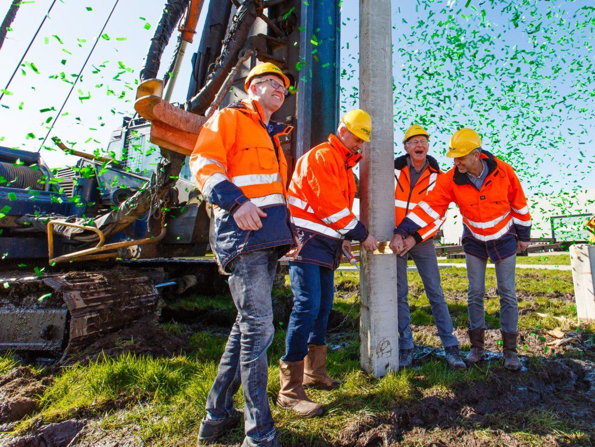 Verkley De laatste paal met DNA de grond in. V.l.n.r. Douwe Tijsma, Erik Blauw, Ton Verkleij en Nanne de Vries.