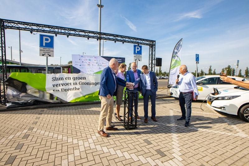 Eerste van 1000 extra openbare laadpalen in Groningen en Drenthe feestelijk onthuld