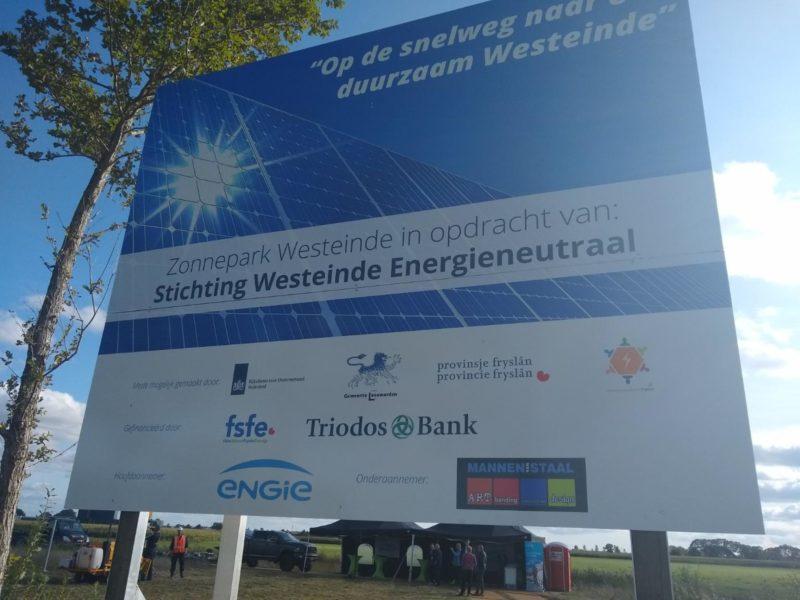 Eerste paal Zonnepark Westeinde in Leeuwarden de grond in
