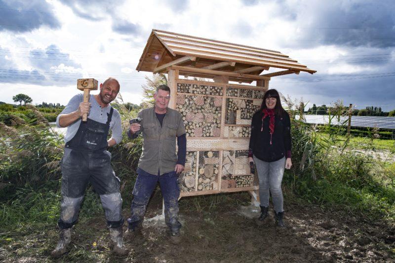 Leerbouwen plaatst bijen- en insectenhotels bij zonnebron Rhoon