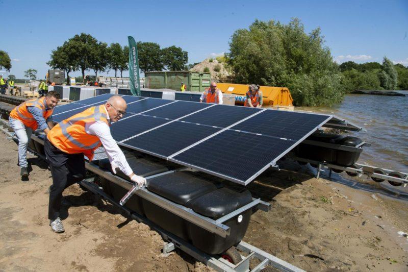 Freon Groenleven viert aftrap bouw drijvend zonnepark Nij Beets met tewaterlating eerste zonnebootje
