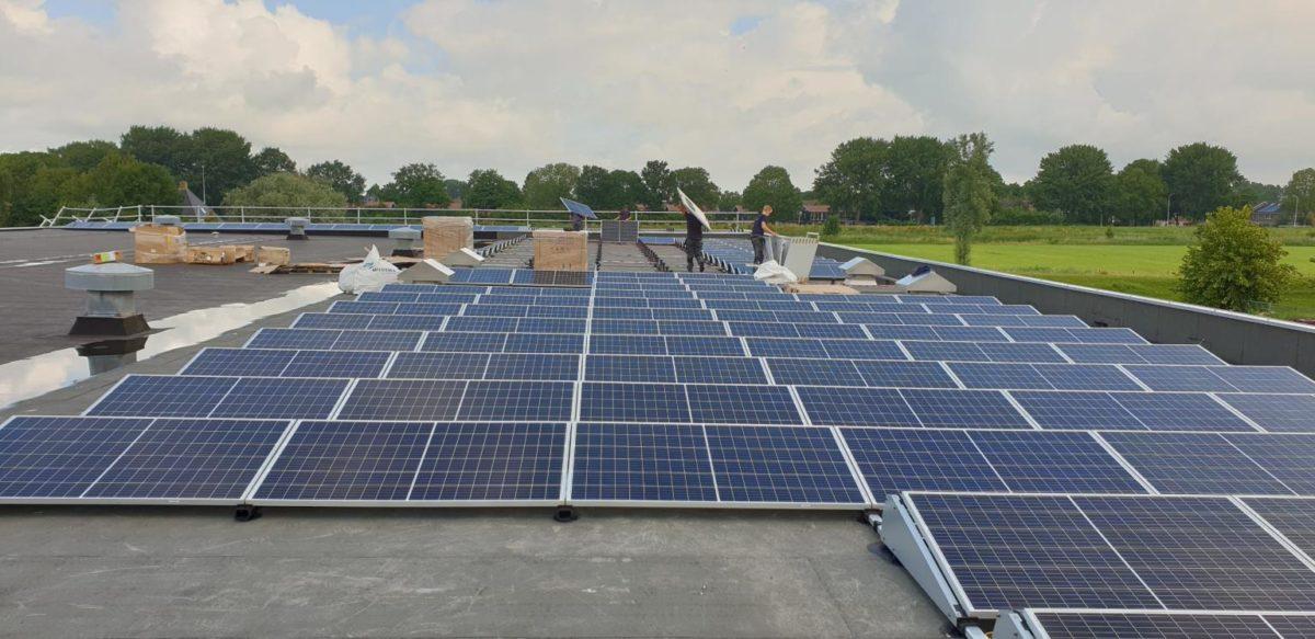 Freonen zorgen voor honderden zonnepanelen op bedrijfsdak Weidenaar in Dokkum