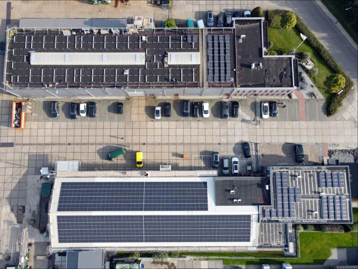 Mensonides Installatie legt zonnepanelen bij De Boer & De Groot Harlingen
