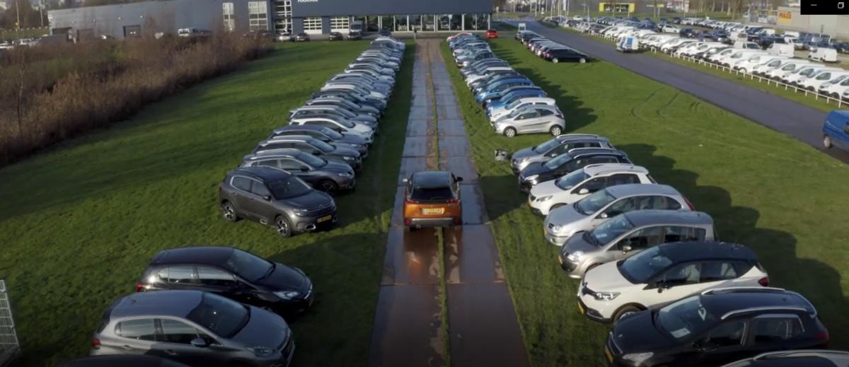 Unieke Auto Drive-through Autogroep Haaima aan Leeuwarder Coronaweg
