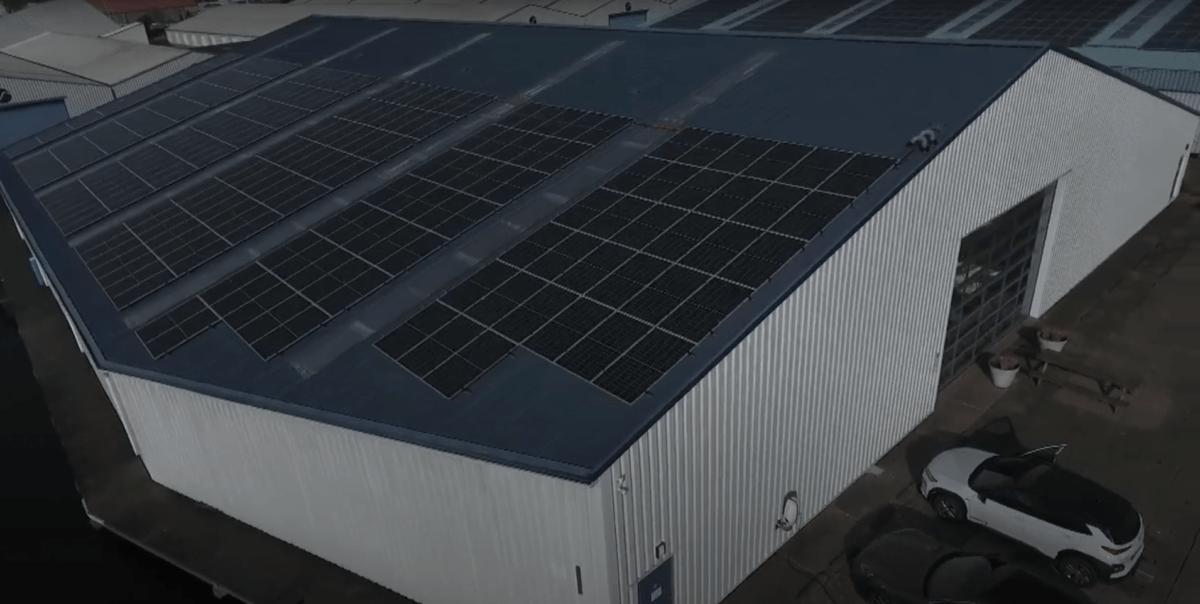 Indrukwekkend zonnepanelen-project voor Damstra Installatietechniek in Sneek