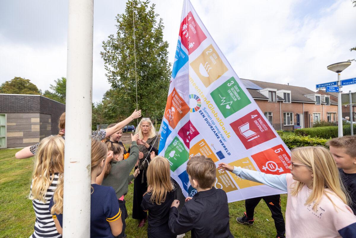 Vrijdag 24 september was het GlobalGoals-dag, de dag dat vele gemeenten de Global Goalsvlag hijsen. Wethouder Margreet Jonker ging 22 september op bezoek bij de Johannes Looijengaschool in Surhuizum en De Wâldiik in Boelenslaan om daar de vlag te hijsen.